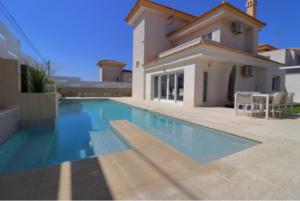 Продажа виллы в провинции Costa Blanca South, Испания: 4 спальни, 175 м2, № RV2221IN – фото 1